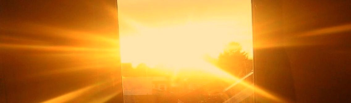 Bild Sonnenaufgang mit Strahlen in gelb und orange width=