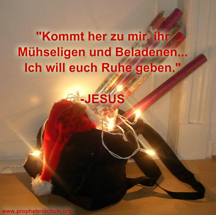 Rucksack Weihnachsmütze und Geschenkpapier mit Aufschrift: kommt her zu mir, ihr Mühseligen und Beladenen, Ich will Euch Ruhe geben - JESUS