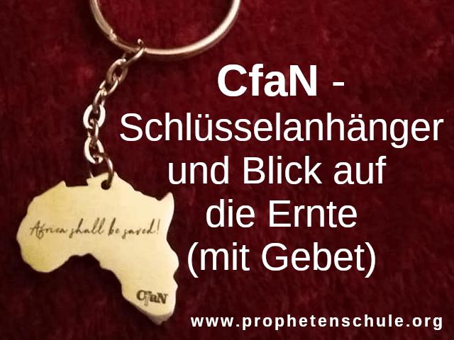 Goldener Schlüsselanhänger auf rotem Tuch mit Text - CfaN-Schlüsselanhänger und Blick auf die Ernte (mit Gebet) -