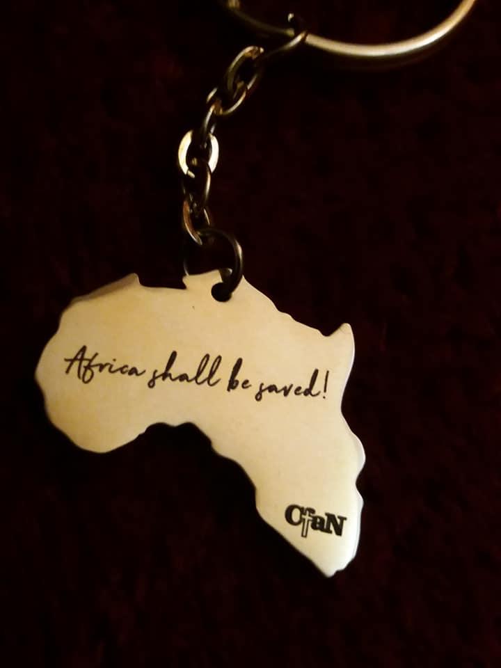 Schüsselanhänger in Gold mit der Aufschrift - Africa shall be saved! CfaN - dunkler Hintergrund