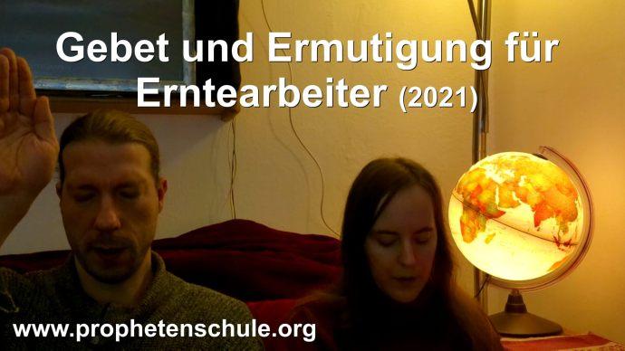 Julia und Tobias beten für Zuschauer im Video. Textaufschrift - Gebet und Ermutigung für Erntearbeiter (2021)